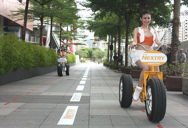 裝有NEXTRY輪胎的橘色牌子三輪車,滑行距離比裝B250輪胎的三輪車遠。 林和...