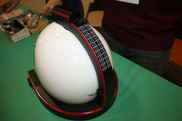 行車紀錄器組裝在安全帽上,安全帽後部圓弧條部分可吸收太陽能充電。 記者林和謙/攝影