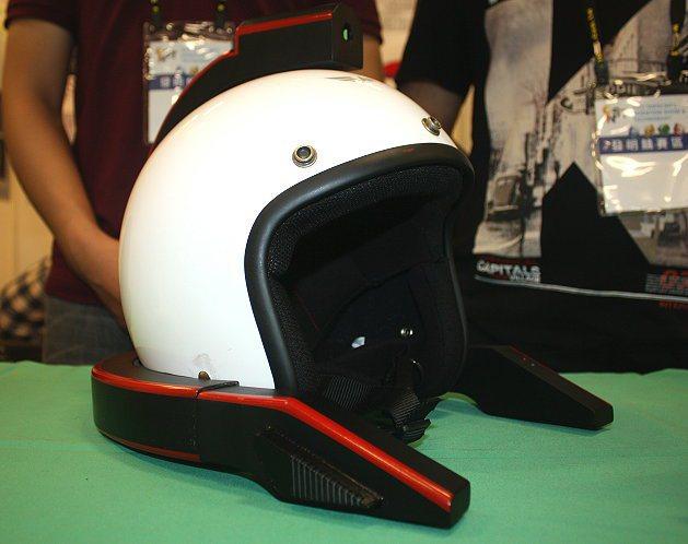 行車紀錄器安全帽,上方為鏡頭、兩側突出部分可利用風力充電。 記者林和謙/攝影