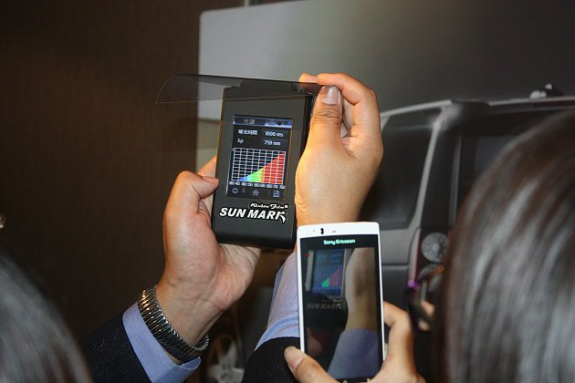 UV410隔熱膜具有阻絕手機藍光的功效。 記者林和謙/攝影
