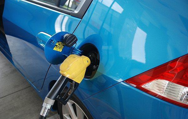 當油品檢驗車到達隨機抽測的加油站後,負責抽驗的人員就會於現場取樣油品,並送入NIR光譜儀分析,只需要短短1分鐘就可以快速獲得光譜資料並進行資料庫比對。 資料圖片