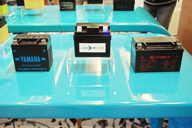 中間是蘭陽能源電池,相較於其他兩顆市售鉛酸電池體積小很多。 記者趙惠群/攝影