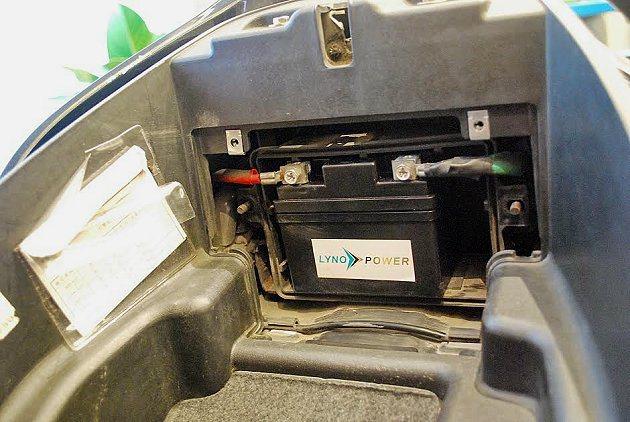 體積較小的鋰鐵電池能直接取代現有機車的鉛酸電池,直接放進電池盒內。 記者趙惠群/...