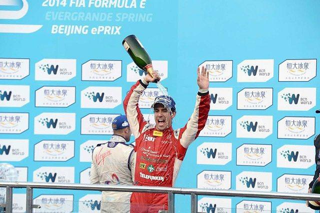 歷經25圈激烈的街道賽競逐之後,最終比賽結果由AUDI SPORT ABT車隊的Lucas di Grassi奪下Formula E電動方程式錦標賽史上首座分站冠軍。 米其林輪胎提供