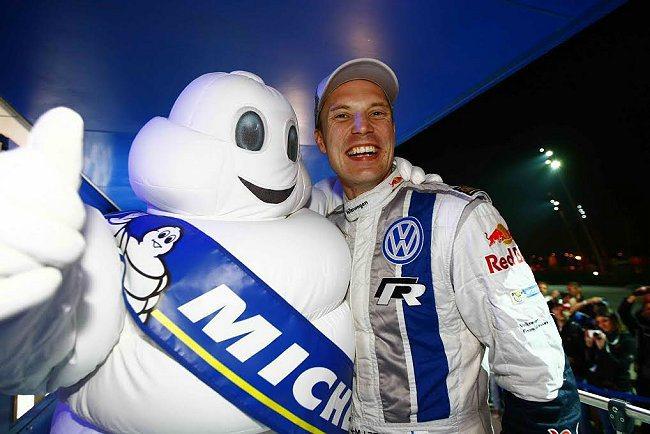 WRC世界拉力錦標賽法國站冠軍車手Jari-Matti Latvala,於賽後開心地和米其林寶寶合影。 MICHELIN提供