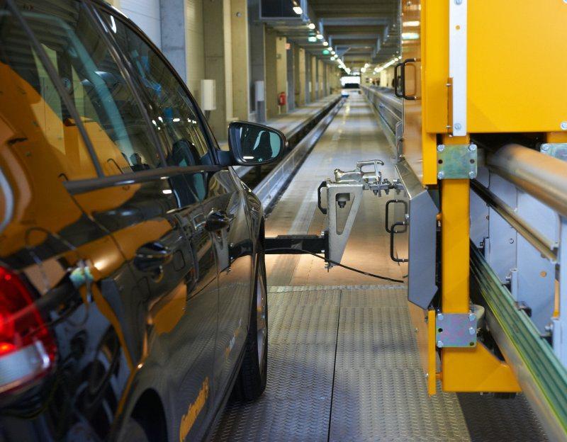 德國馬牌輪胎的煞車研發及測試中心,其中領先獨創的AIBA全自動室內無人煞車測試系統(Automated Indoor Braking Analyzer)使馬牌夏季與冬季胎技術,更邁進一大步。 Continental提供