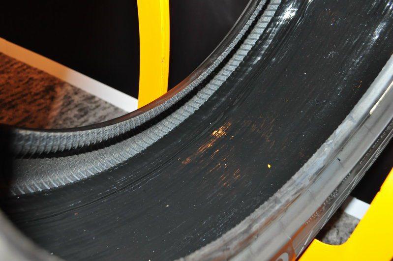 胎面氣密型輪胎的實體內胎面是一層黑膠,如果受到直徑5mm以內的外物穿刺,能包覆穿刺物、填補胎面,避免立即操控失衡危機。 記者許信文/攝影