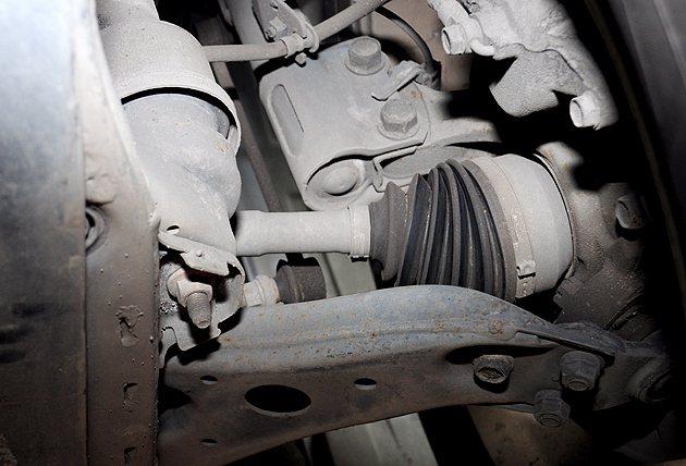 懸吊系統的三角座是否有破損、漏油、變形都要檢查。 蔡志宇