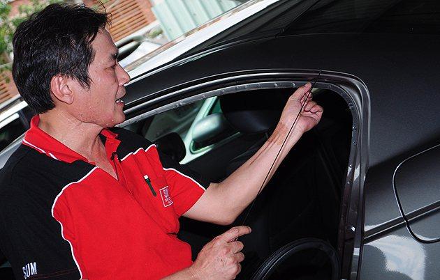 車門橡膠條也可以拆開看鈑件上的原廠記號是否還在。 蔡志宇