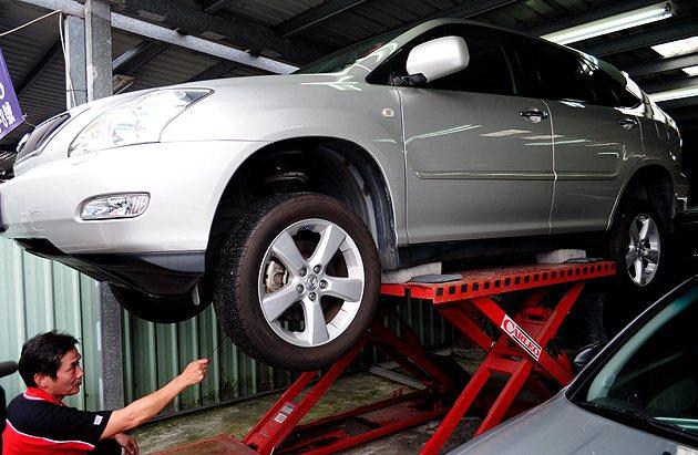 要求把車頂起來看底盤,是買中古車必要的過程。 蔡志宇