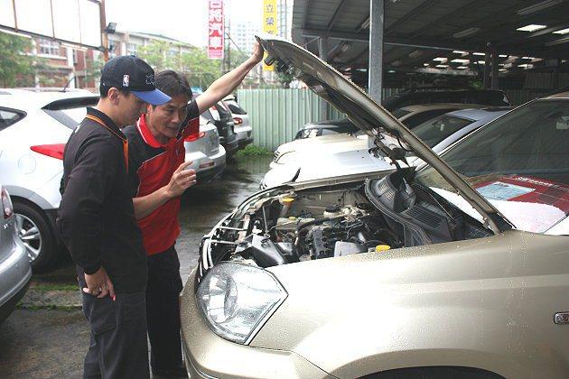 選購中古車時,仔細檢視車輛保養狀況與是否發生重大事故,是重要課題。 記者林和謙/攝影