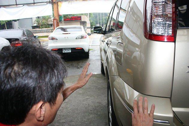 蹲在車側,以視覺平視整個車體是否平整,也是個檢視技巧。 記者林和謙/攝影