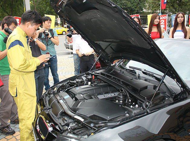 JAAA協會的GOO鑑價團隊鑑定師到場,為大家示範鑑定二手車的過程。 記者林和謙...