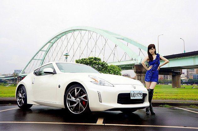 2013年式370Z車頭雙側新增耀眼的直列晝行燈,搭配霸氣前保桿造型與時尚新車色...
