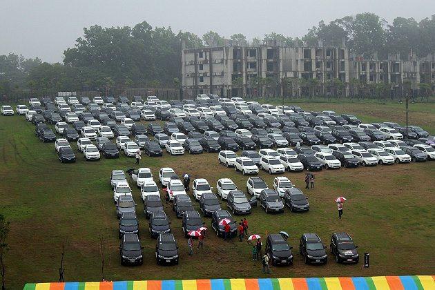 雖然停車場的草皮因雨變得泥濘難行,但Outlander擁有多項安全配備及四輪驅動...