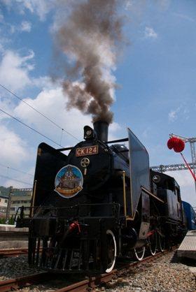 與國寶級蒸汽火車CK124一起回憶兒時鐵道之旅。 中華汽車
