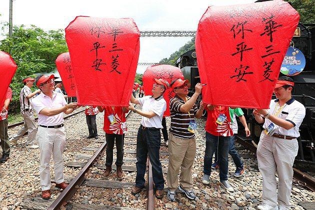 「后里泰安,護你平安」中華汽車及經銷商高階主管們紛紛在平安天燈上寫下心願。 中華...