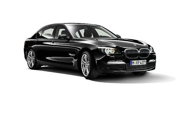 BMW 7系列加裝品M款空力套件組與20吋M款輪胎鋁圈組。 BMW提供