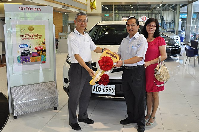 中部汽車吳全宗總經理(左一)與獲獎人王先生及王夫人合影。 和泰汽車
