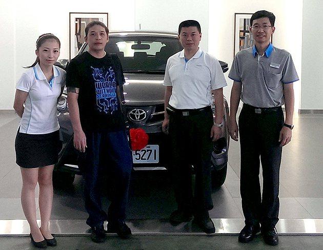 RAV4得主,陳先生(左二) 和泰汽車
