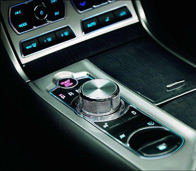 全新XF中控台上最引人注目的智慧型自動開啟空調出風口以及JaguarDrive ...