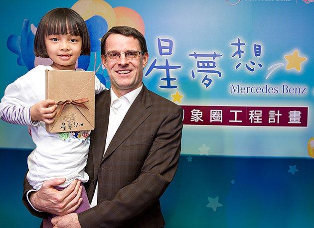 台灣賓士總裁邁爾肯表示,星夢想2014限量愛心桌曆認購幫助台灣弱勢學童打造完善的...