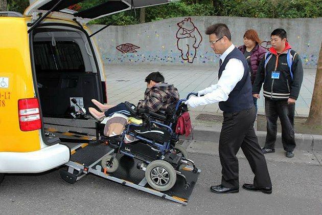 Caddy IPC 的斜坡設計讓輪椅使用者可輕易進出車輛,提供最便利且安全的輪椅進出。 福斯商旅提供