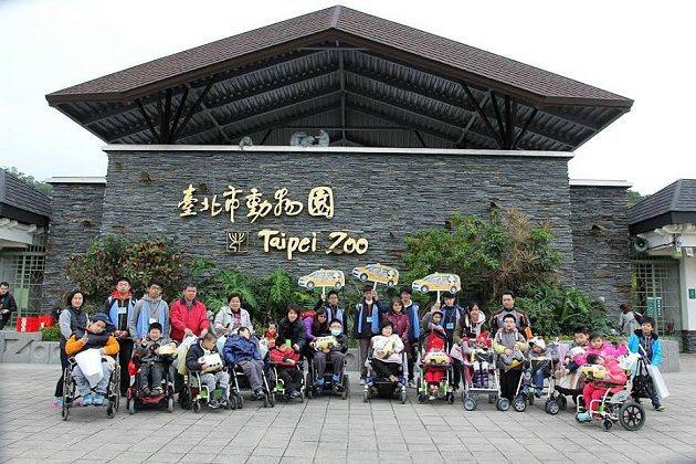 福斯商旅邀請雙北市行動不便的國小學生,一同去台北市立動物園與貓熊圓仔近距離接觸。 福斯商旅提供
