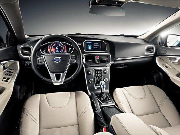 Volvo V40 內裝配備動感的 8 吋 ADD 個人化高階數位儀錶組、真皮跑車座椅、High Performance 多媒體視聽音響系統和劇院風格車室照明。 Volvo提供