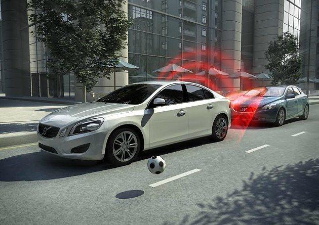 Volvo V40 標配同級車唯一的City Safety 都會安全防護系統,有效預防意外撞擊事故。 Volvo提供