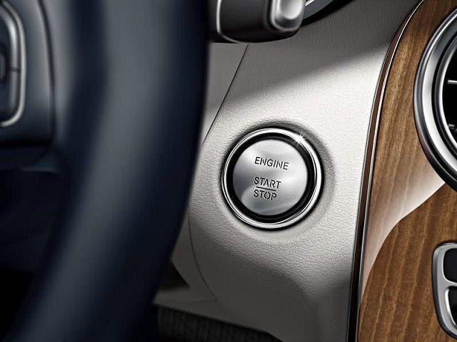 全新C-Class榮登八月份熱銷車款,原廠加碼優惠價格加購便捷套件。 賓士提供