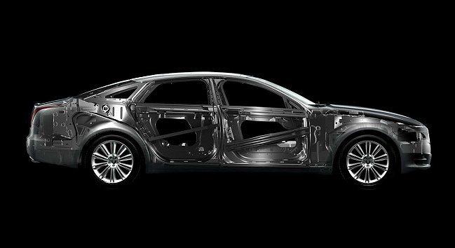 Jaguar頂級旗艦 XJ車系坐擁絕美洗鍊的頂級大型轎跑外形、先進全鋁鎂合金輕量化車體。 Jaguar提供