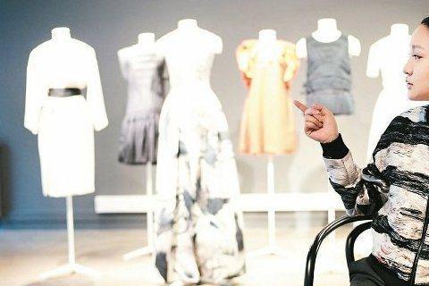 H&M將上市2015全新Conscious Exclusive系列,相較於之前的Conscious更添設計感,也首度推出晚裝款式,日前代言人周迅即前往H&M斯德哥爾摩總部,身穿環保時...