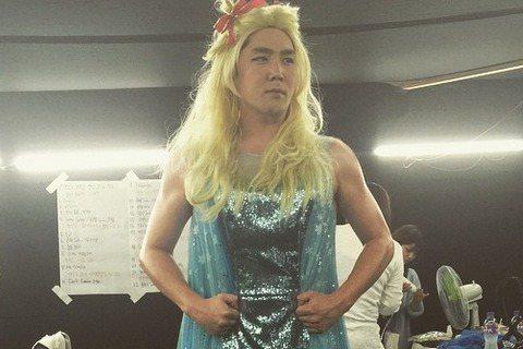 雖然Super Junior成員扮女裝已不是第一次,不過這次成員強仁的女妝造型還是讓人很有記憶點!他戴起金色假髮,穿起藍色長裙扮起艾莎公主,只不過他壯碩的手臂展露在外,臂肌鮮明,再配上那副悲壯神情,...