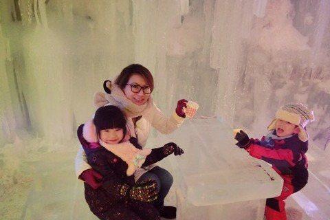 佩甄過年一家四口到日本北海道過年,暢玩5天4夜,還去了冰宮,裡面不僅有冰雕,還有用冰雪蓋成的城堡,彷彿電影「冰雪奇緣」的場景,讓小孩看到樂不可支,佩甄笑說:「小朋友一看到就狂叫『Elsa』(『冰雪奇...