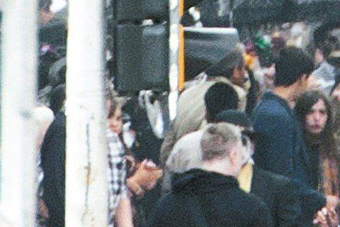 備受矚目年度大片「007惡魔四伏」,最近一周在墨西哥城拍攝詹姆斯龐德「亡靈節」遊行追捕刺客、引起爆炸的大場面,上千名妝容詭異臨時演員集結憲法廣場,陣容壯盛,男主角丹尼爾克雷格有信心觀眾看到這氣派畫面...