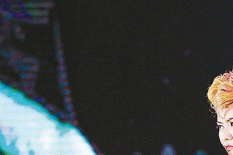 新加坡建國總理李光耀昨天舉行國葬,孫燕姿前晚在大陸深圳啟動「2015克卜勒世界巡演」升級版首唱時,透過開場大螢幕,先向已故領導人致意,螢幕秀出「請容許我用1分鐘的時間,來對我們心中最尊敬的人表達敬意...
