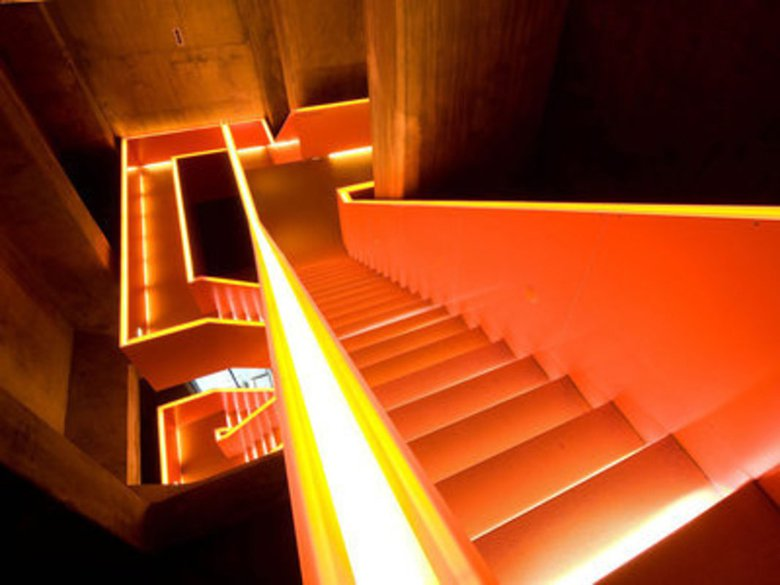魯爾博物館令人聯想到礦業過往的扶手橘色燈光 (來源:Zollverein Fou...
