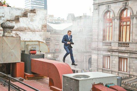 銀幕上不苟言笑的現任007丹尼爾克雷格,在「007惡魔四伏」墨西哥城拍片空檔接受各國記者訪問,從頭到尾談笑風生,不時展現幽默,令人驚覺「酷哥」也有活潑的一面。才剛發布前導預告就已引起熱烈討論的「00...