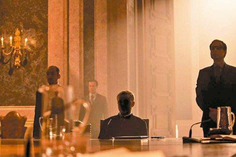 兩屆奧斯卡最佳男配角克里斯多夫沃茲,在「007惡魔四伏」的大反派堪稱全片最神祕人物,謠傳他演的是早期007片中經典惡人布洛費,所有記者都想挖掘謎底,他有一套幽默回應之道。克里斯多夫本人親和力一流。聽...