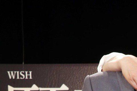 金鐘影帝張晨光回台打造中視電視電影金鐘劇「願望清單」,挑戰同性戀角色,昨首映會,導演李鼎爆料,他和林煒上演「足球體位法」、詮釋男男親密戲。劇中他和林煒上演同性親密戲,張晨光笑說,國三小兒子看到畫面直...