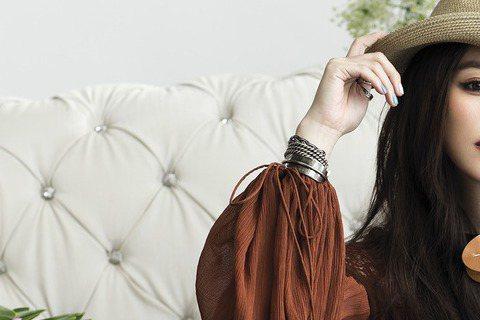 結婚1周年,徐若瑄接受「VOGUE」雜誌專訪,透露自己婚後最大改變,是學習以家人為主,以往家裡所有的大事都是由她決定,她也經常生活日夜顛倒,現在為了老公、小孩早睡早起,順著家人的作息走。