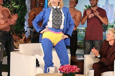 奧斯卡影后凱特布蘭琪向來予人很「ㄍ一ㄥ」的印象,沒想到她一上「艾倫秀」的節目也放得很開。主持人艾倫狄金妮絲先要她憑照片猜男星的嘴唇,而她在拿到「獎品」黃色男用內褲之後,大方穿上,一秒變「超人」。
