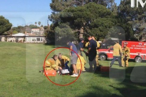 好萊塢老牌影星哈里遜福特(Harrison Ford)駕駛小飛機墜毀於本馬高球場(Penmar),目前搶救照曝光,照片中可以看到哈里遜福特躺在草皮上,多名警消包圍,醫護人員緊急搶救,隨後躺在擔架上送...