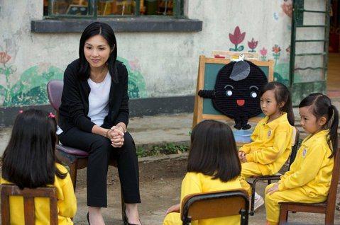 2009年香港出現一則幼稚園徵人啟示,以超級低薪約1萬8000元台幣酬勞召聘校長(兼撞鐘),而且甚至接送學童都要一手包,消息一出成為當時熱門話題。古天樂、楊千嬅主演的「五個小孩的校長」,就描述這位比...