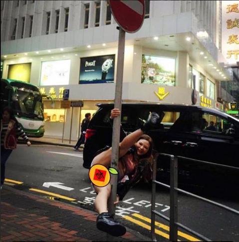 女星小甜甜自從接觸鋼管舞後便欲罷不能,近日到香港宣傳新片時,因心情甚佳且自以為在香港尚未有知名度,居然在路邊「上桿」,並以修圖軟體用一個「吉」字遮住重要部位上傳Instagram「現在有個壞習慣,看...
