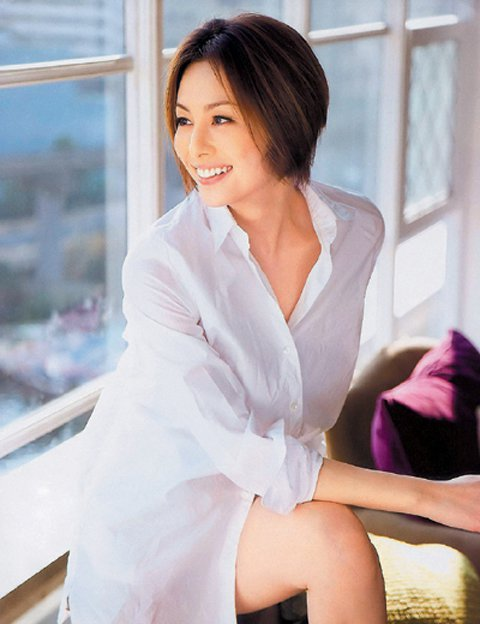 39歲的日本女星米倉涼子在電視劇「派遣女醫」中飾演醫術一流、無畏強權的女強人,口頭禪是「我不會失敗」,不過戲外的她恐怕在婚姻路上吃下敗仗,她去年12月26日與小2歲的圈外男友結婚,僅3個月便傳出與老...