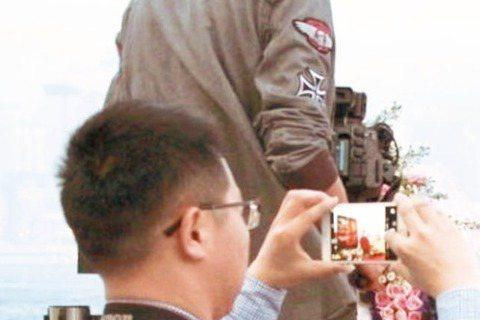 今天4月1日,是港星張國榮逝世12周年,但粉絲仍對他念念不忘,從昨日起,香港尖沙咀星光大道、杜莎夫人蠟像館,以及張國榮自殺身亡的文華東方酒店,都設置了紀念區供粉絲獻花紀念這位偶像,並將舉辦「繼續張國...