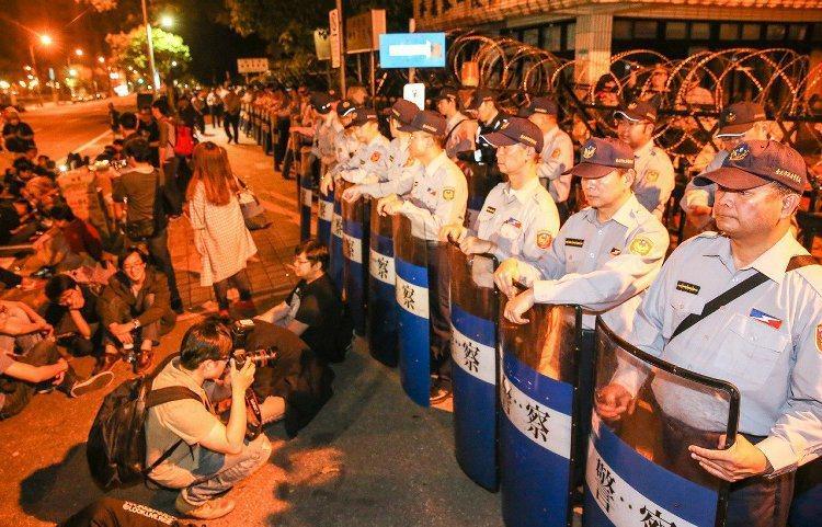 驅離期間有民眾手拿「民主香腸」到員警前方,挑釁意味濃厚。 記者鄭清元/攝影