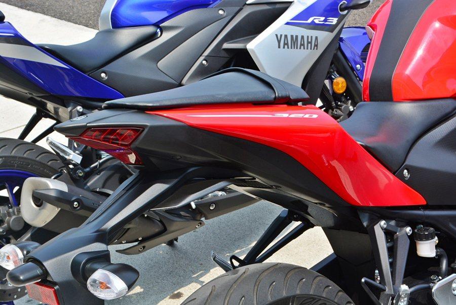 車尾部分,線條顯得更纖細且上揚,加上鋭利上揚的小尾翼,配搭LED尾燈,讓車尾營造...